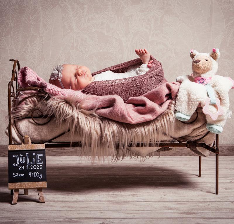 Baby Fotoshooting pink im Bett - Sabrina's Fotostudio in Hamminkeln, zwischen Wesel und Bocholt am Niederrhein