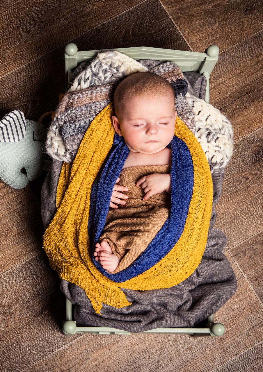 Baby Fotoshooting gelb im Bett - Sabrina's Fotostudio in Hamminkeln, zwischen Wesel und Bocholt am Niederrhein