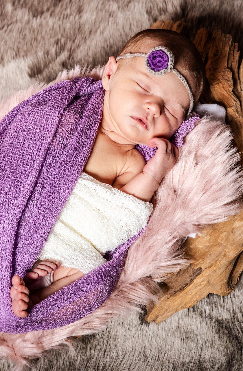 Baby Fotoshooting lila auf Holz - Sabrina's Fotostudio in Hamminkeln, zwischen Wesel und Bocholt am Niederrhein