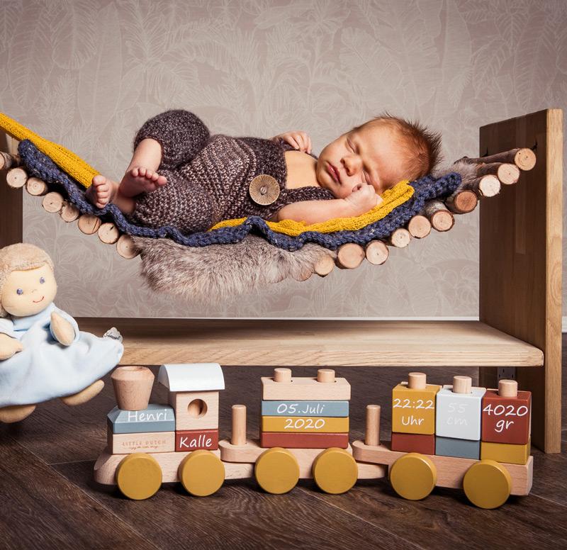 Baby Fotoshooting gelb auf Hängebrücke - Sabrina's Fotostudio in Hamminkeln, zwischen Wesel und Bocholt am Niederrhein