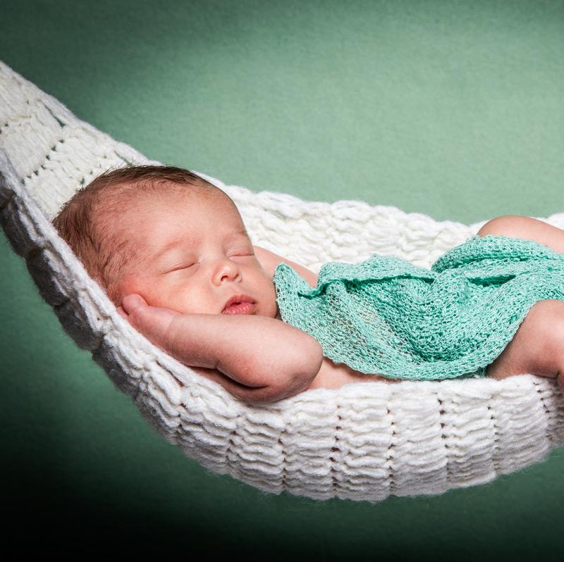 Baby Fotoshooting grün in Hängematte - Sabrina's Fotostudio in Hamminkeln, zwischen Wesel und Bocholt am Niederrhein