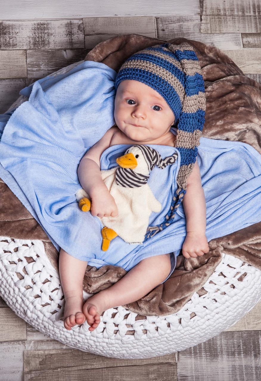 Baby Fotoshooting blau mit Kuscheltier und Mütze - Sabrina's Fotostudio in Hamminkeln, zwischen Wesel und Bocholt am Niederrhein