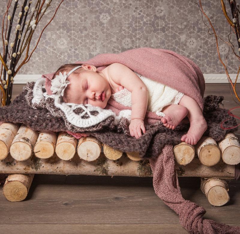 Baby Fotoshooting pinkes Holzbett- Sabrina's Fotostudio in Hamminkeln, zwischen Wesel und Bocholt am Niederrhein