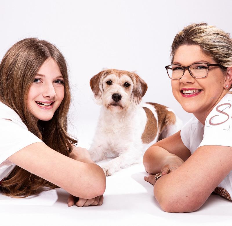 Mutter und Tochter mit Hund Shooting in weißen T-Shirts - Sabrina's Fotostudio in Hamminkeln, zwischen Wesel und Bocholt am Niederrhein