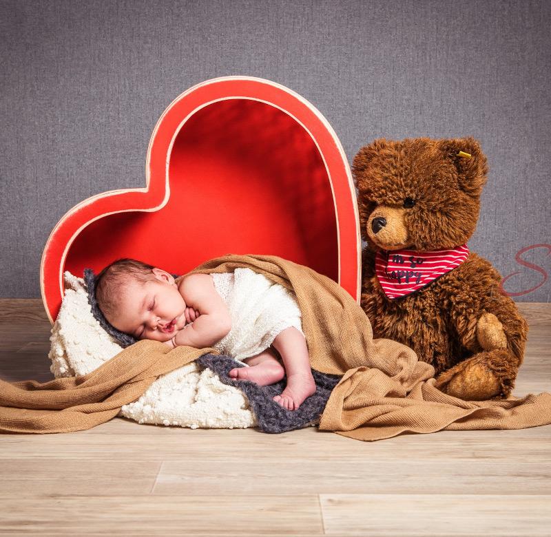 Baby Fotoshooting großes rotes Herz - Sabrina's Fotostudio in Hamminkeln, zwischen Wesel und Bocholt am Niederrhein