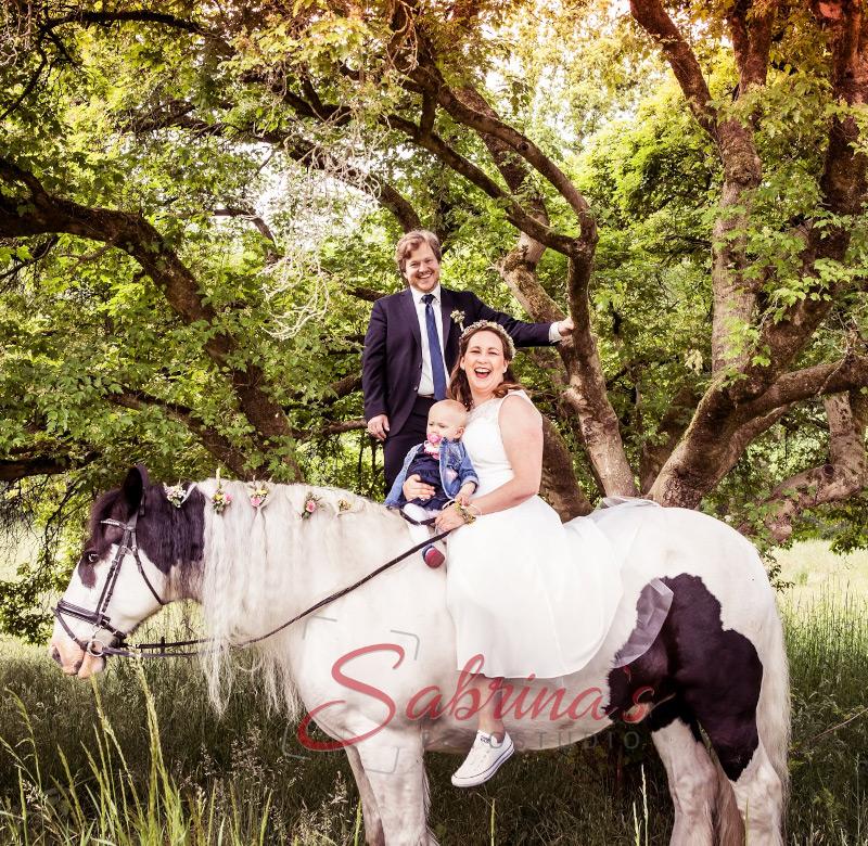 Brautpaar Fotoshooting mit Pferd und Kind - Sabrina's Fotostudio in Hamminkeln, zwischen Wesel und Bocholt am Niederrhein