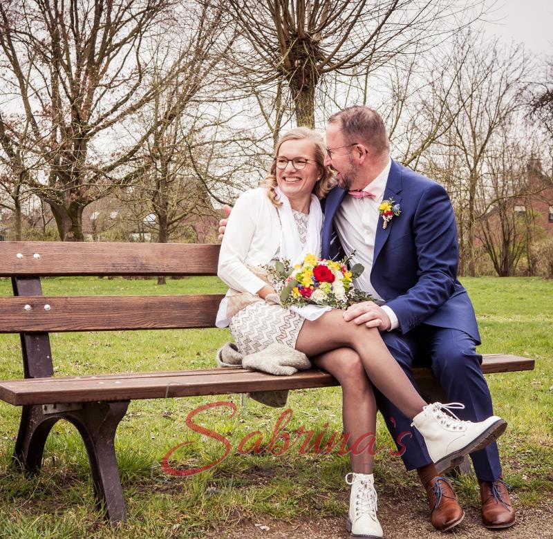 Brautpaar Fotoshooting auf Parkbank - Sabrina's Fotostudio in Hamminkeln, zwischen Wesel und Bocholt am Niederrhein