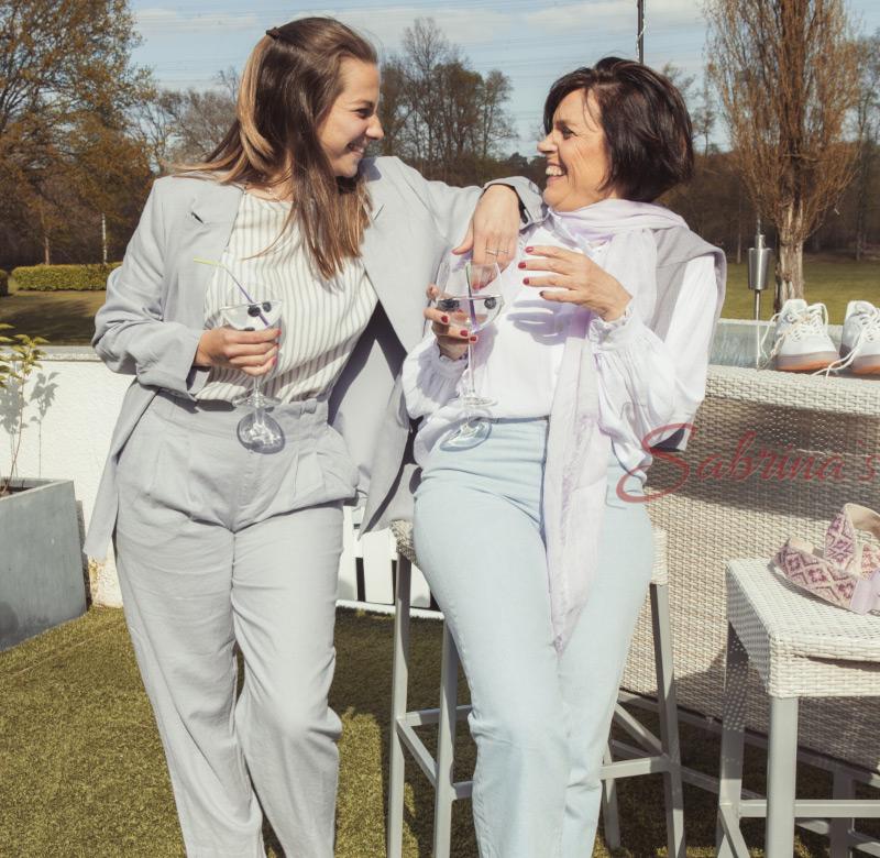2 Frauen mit Sommergetränk in den Händen - Sabrina's Fotostudio in Hamminkeln, zwischen Wesel und Bocholt am Niederrhein