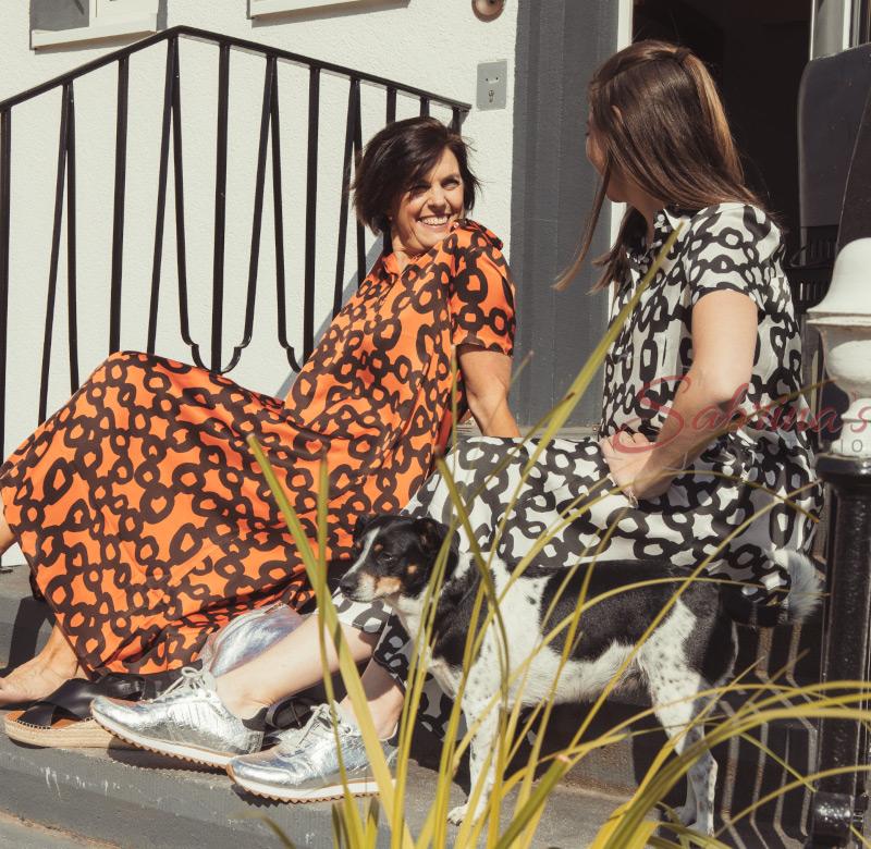 2 Frauen auf einer Treppe mit Hund- Sabrina's Fotostudio in Hamminkeln, zwischen Wesel und Bocholt am Niederrhein