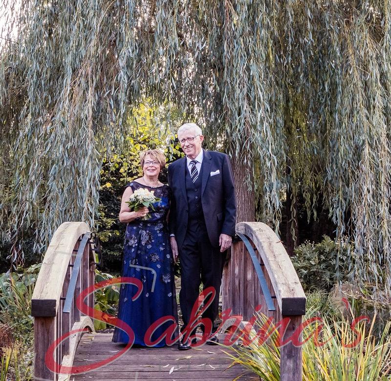 Brautpaar Fotoshooting Brücke und Trauerweide - Sabrina's Fotostudio in Hamminkeln, zwischen Wesel und Bocholt am Niederrhein