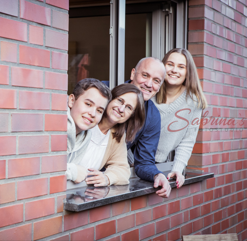 Familien Portrait im Fensterrahmen - Sabrina's Fotostudio in Hamminkeln, zwischen Wesel und Bocholt am Niederrhein
