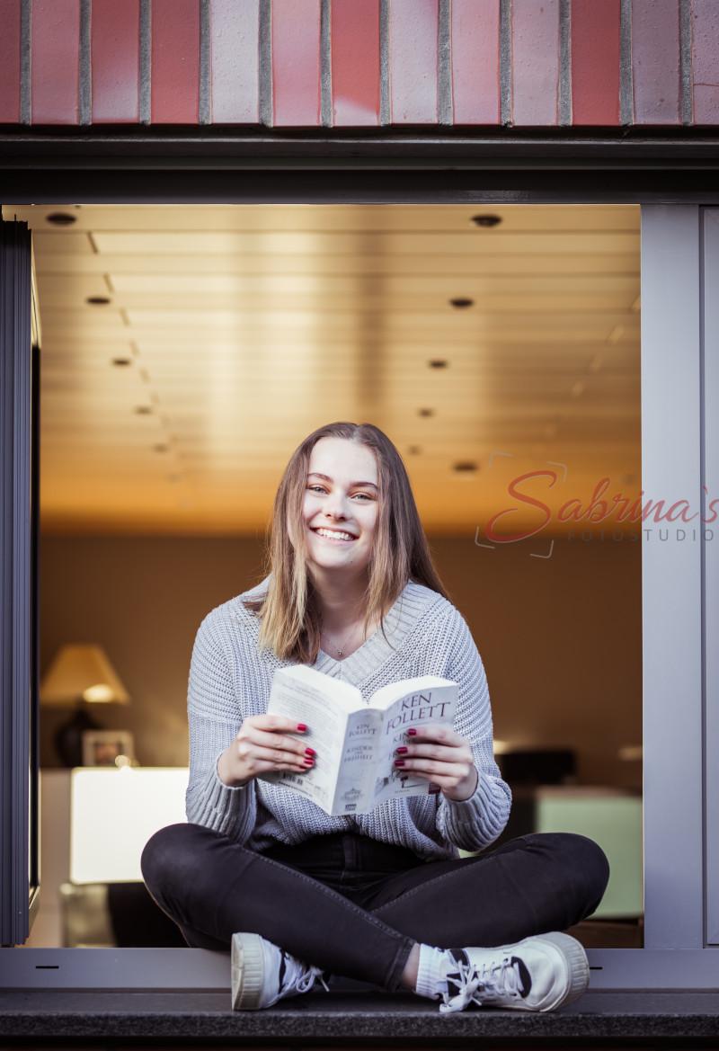Portrait im Fensterrahmen mit Buch - Sabrina's Fotostudio in Hamminkeln, zwischen Wesel und Bocholt am Niederrhein