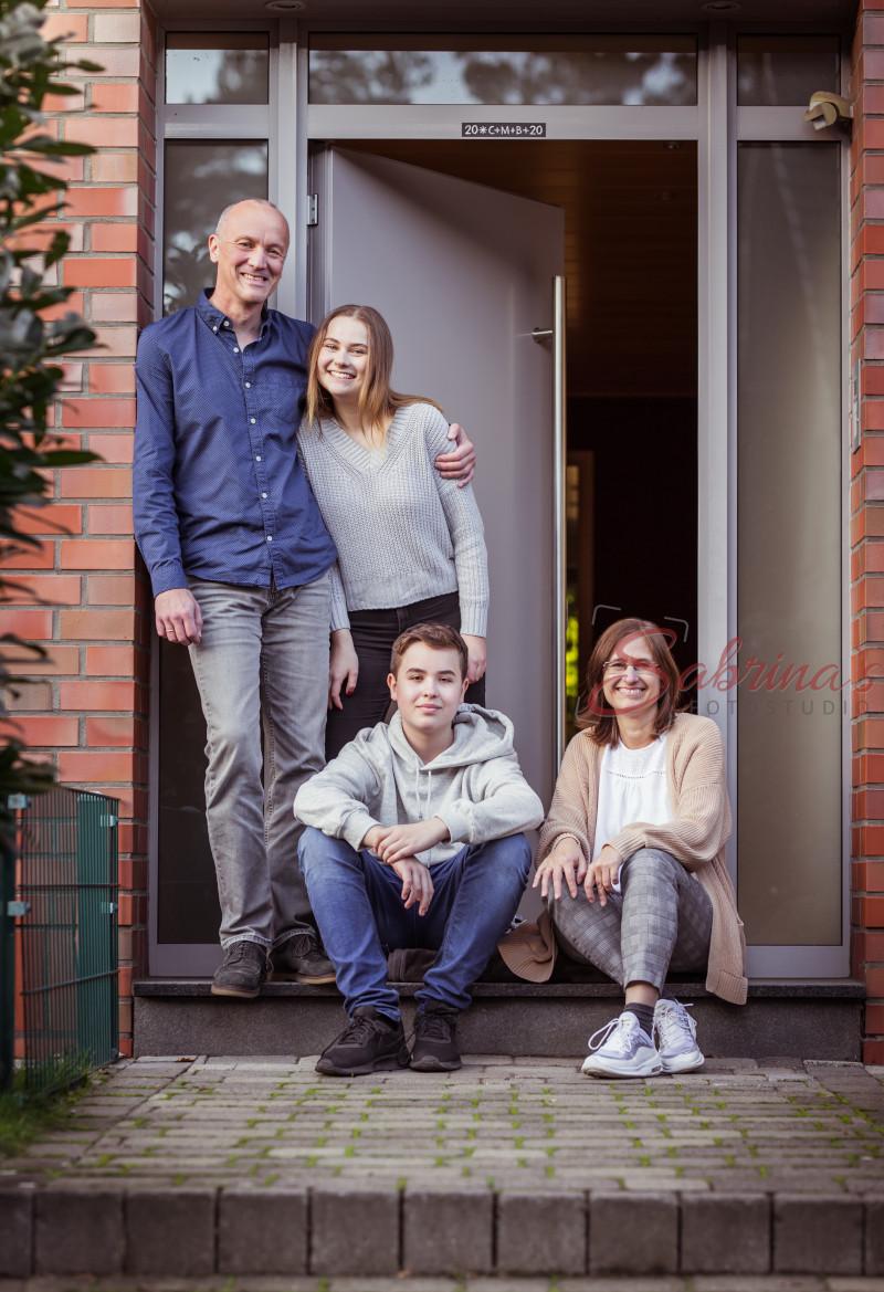 Familien Portrait in der Haustür - Sabrina's Fotostudio in Hamminkeln, zwischen Wesel und Bocholt am Niederrhein