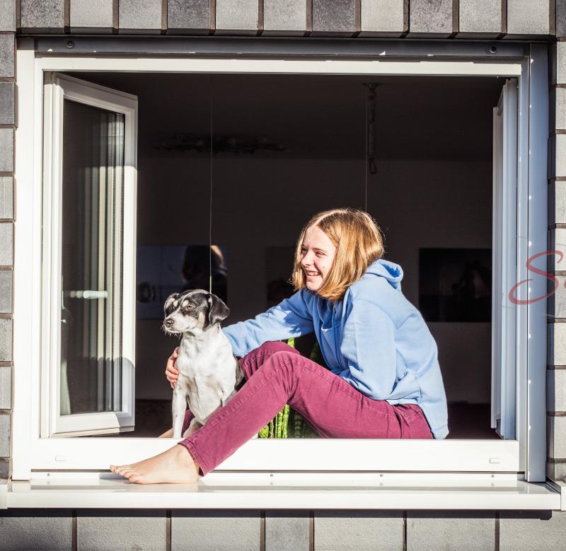Portrait mit Hund im Fensterrahmen - Sabrina's Fotostudio in Hamminkeln, zwischen Wesel und Bocholt am Niederrhein